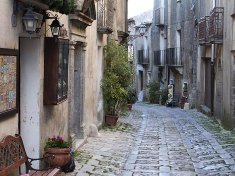 narrow-cobbled-street-erice-sicily-italy-europe